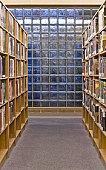 une photos de livres dans une bibliothèque